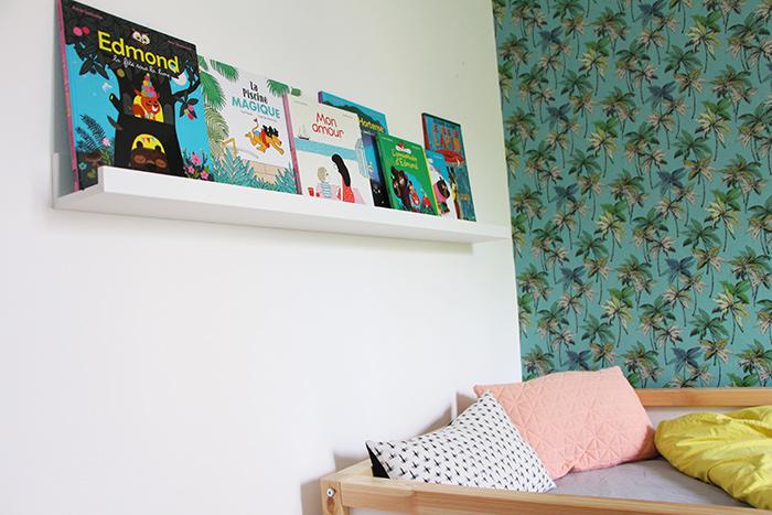chambre enfant papier peint étagère livres ikea déco