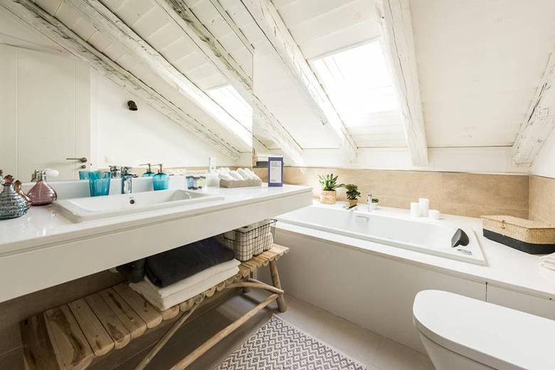 déco chaleureuse salle de bain mansardée