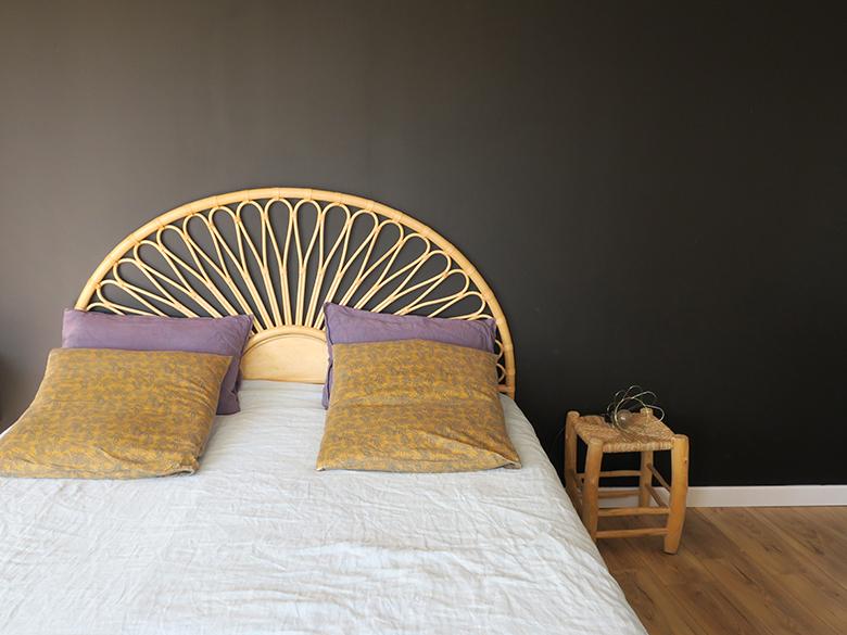 chambre déco bohème tête de lit rotin
