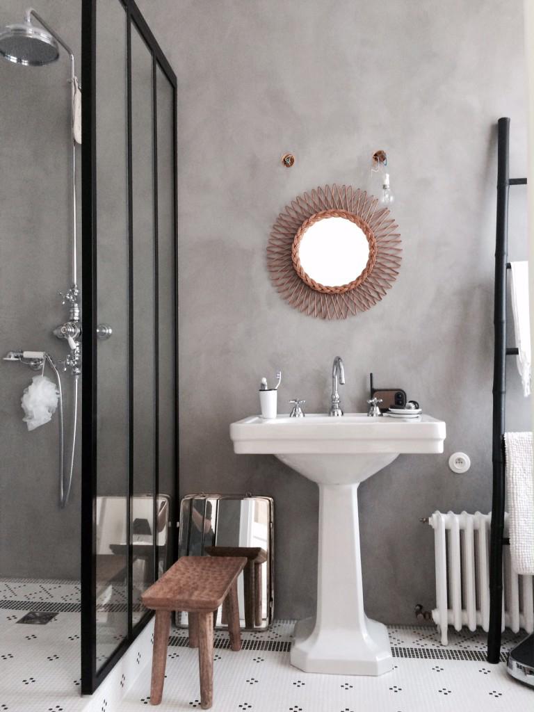 salle de bain miroir rotin