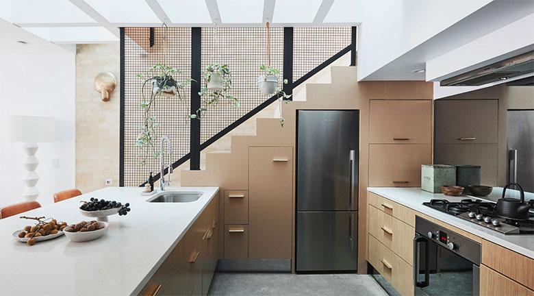 visite déco cuisine ouverte avec escalier vitré