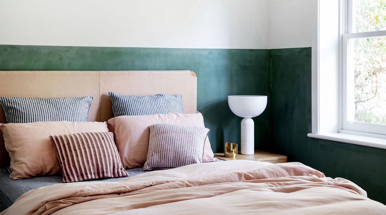 visite privée tête de lit peinture verte chambre